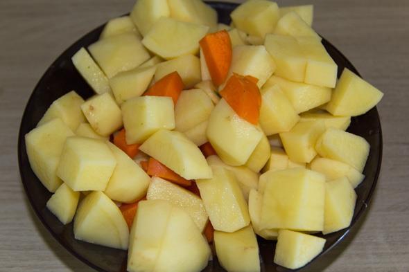 Первый шаг приготовления овощного рагу в мультиварке: картошка и морковка